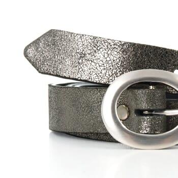 gros plan ceinture fine cuir argenté foncé jules & jenn