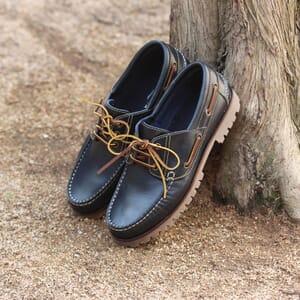 vue posee chaussure bateau crampons cuir bleu jules & jenn
