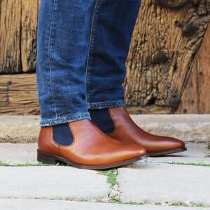 vue portee chelsea boots cuir cognac et bleu jules & jenn