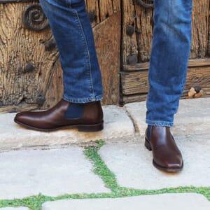 vue portee chelsea boots cuir vegetal marron et bleu jules & jenn
