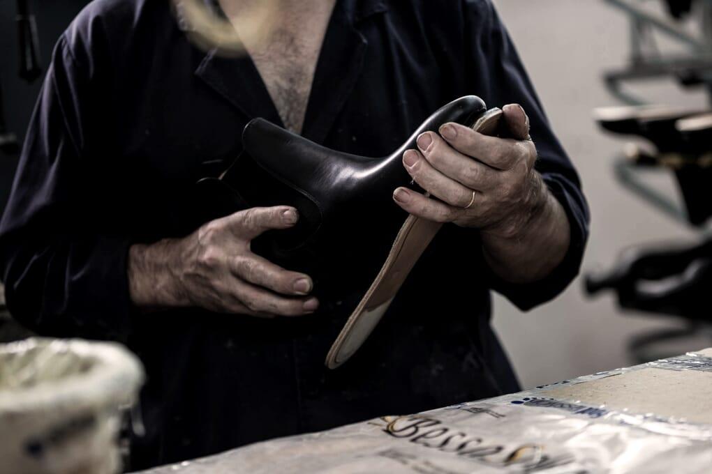 Collage semelle cuir chaussures homme Jules & Jenn