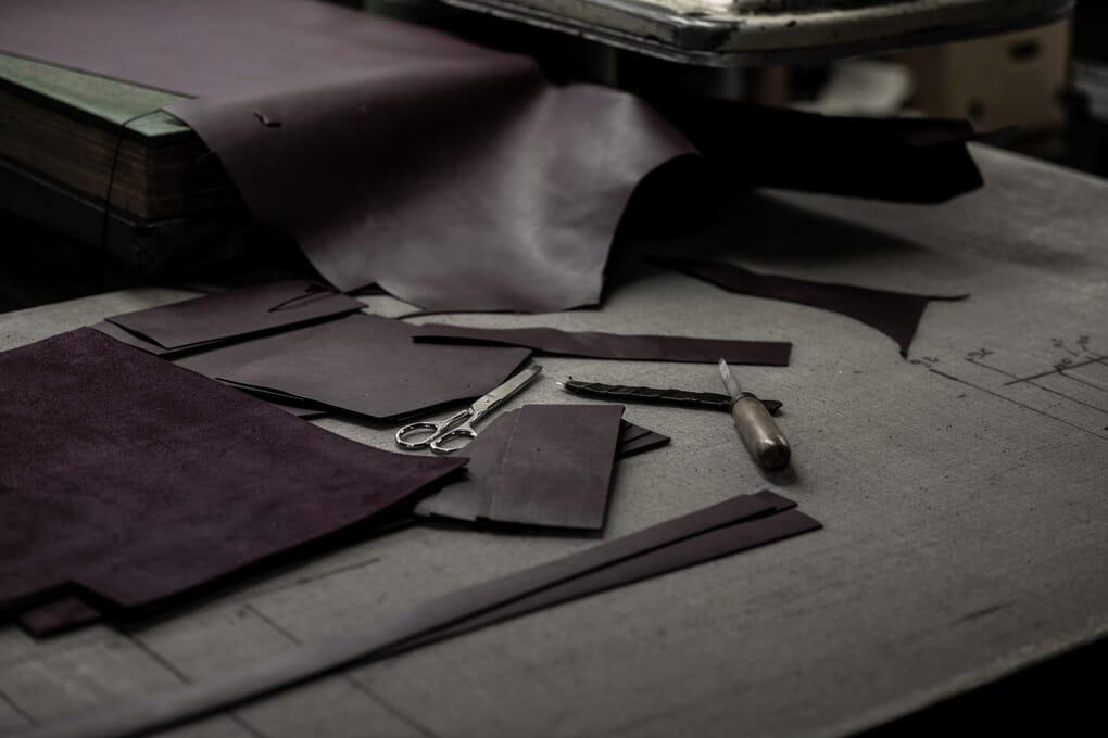 Fabrication découpe cuir bordeaux sac JULES & JENN Made In France