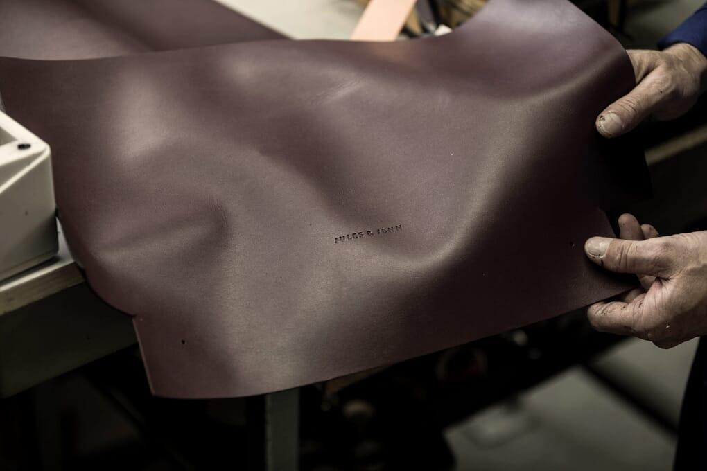 Embossage du cuir du sac cabas JULES & JENN Made in France
