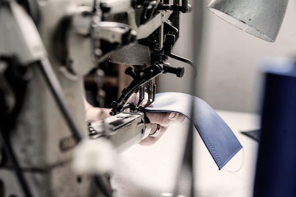Gros plan piqûre porte-cartes cuir Made in France
