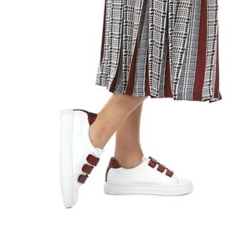 vue portee de basket scratch femme cuir blanc et rouge