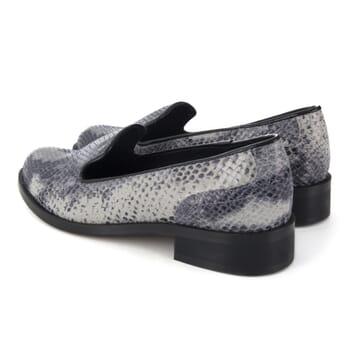 vue arriere de slippers femme cuir imprime python noir blanc