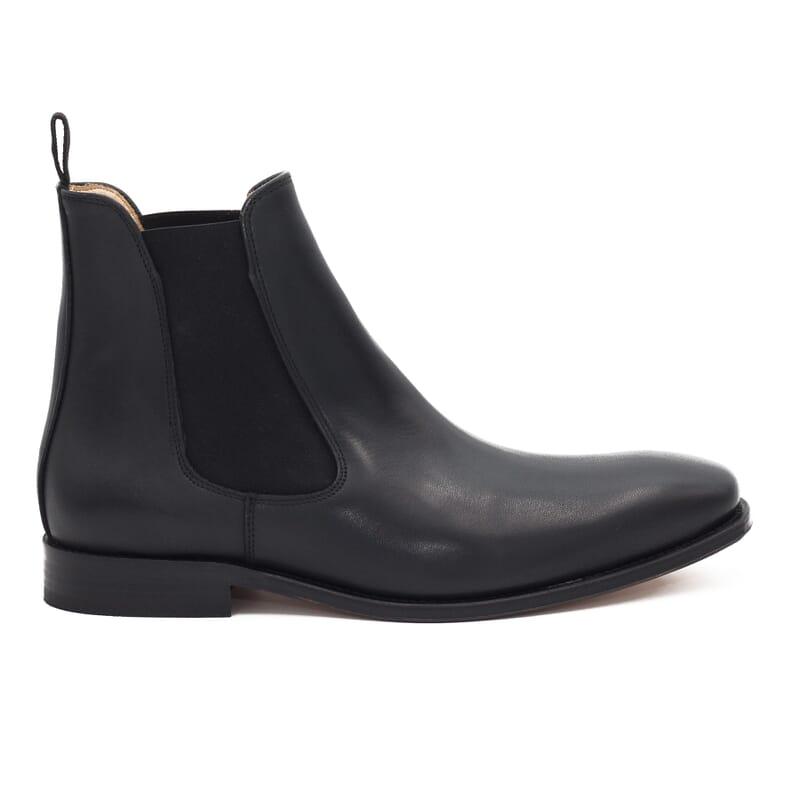 vue exterieure de chelsea boots cuir noir fabriques au Portugal