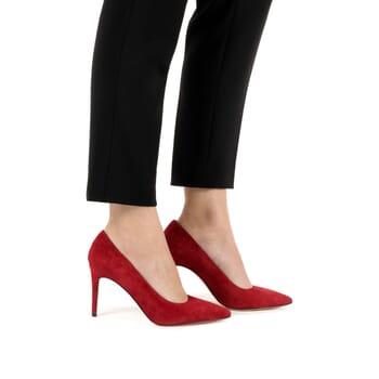 vue portee escarpin cuir daim rouge Jules & Jenn