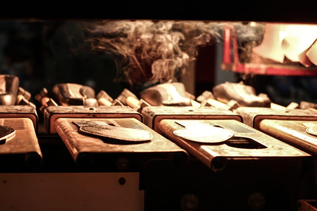 preparation collage à chaud semelles cuir Jules & Jenn