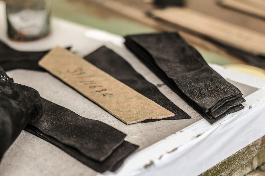 decoupe pieces cuir preparation fabrication chaussures Jules & Jenn
