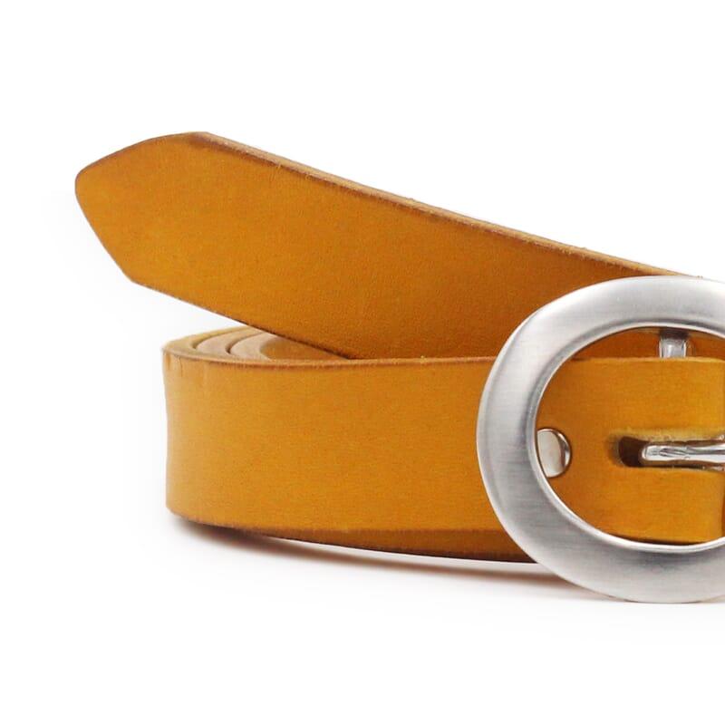 gros plan ceinture femme fine cuir jaune moutarde fabriquee en France