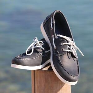 vue posee chaussure bateau cuir bleu jules & jenn