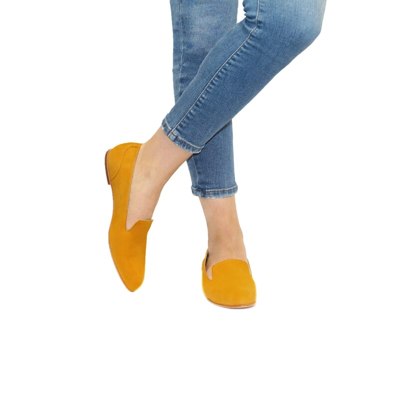 vue portee slippers plates cuir daim moutarde Jules & Jenn