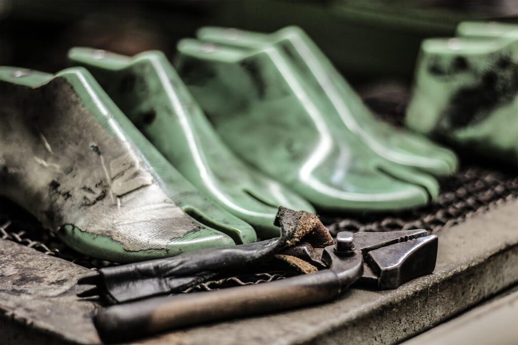 fabrication finition sandales cuir Jules & Jenn