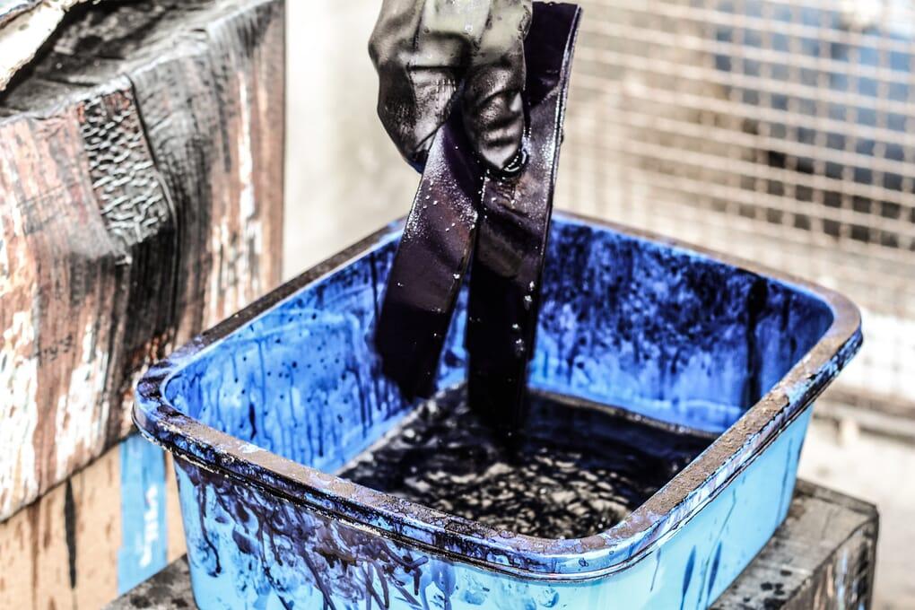 Teinture en plongée bleu cuir Jules & Jenn