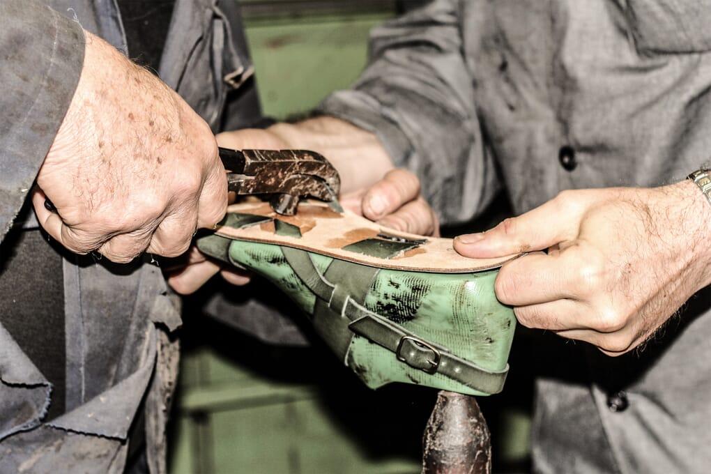 Montage tige chaussures sandales cuir fait main Jules & Jenn