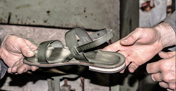 L'atelier de fabrication de sandales, Italie (Pise)