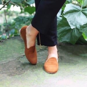 vue portee slippers classiques cuir daim camel Jules & Jenn
