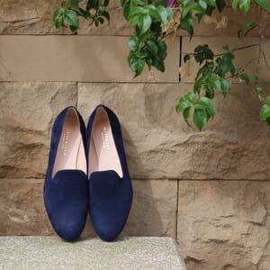 vue portee slippers classiques cuir daim bleu marine Jules & Jenn