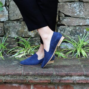 vue portee slippers classiques cuir daim bleu Jules & Jenn