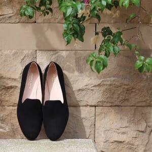 vue portee slippers classiques cuir daim noir Jules & Jenn