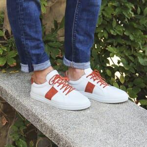 vue portee baskets a lacet cuir blanc et orange jules & jenn
