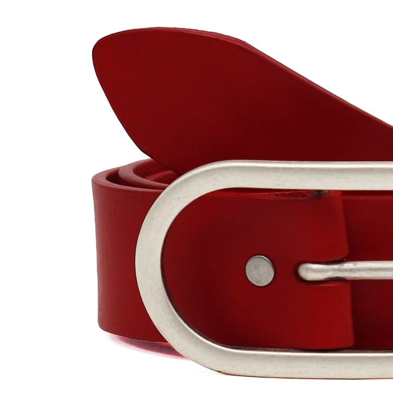 gros plan ceinture large intemporelle femme cuir rouge