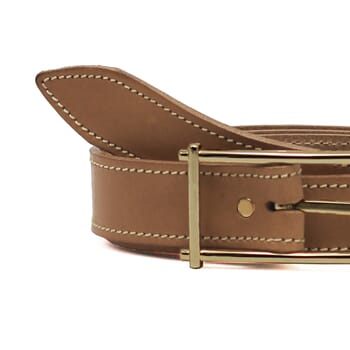 gros plan ceinture beige cuir mademoiselle