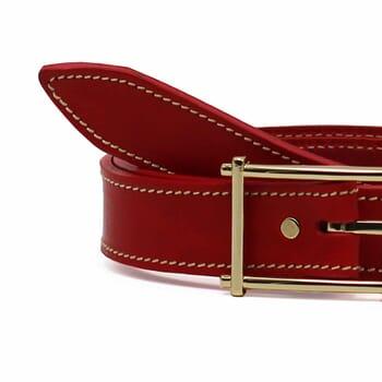 gros plan ceinture rouge cuir mademoiselle