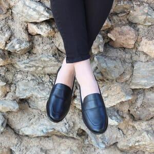 vue portee mocassins modernes cuir noir jules & jenn