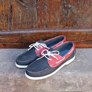 vue posee chaussure bateau cuir bleu et rouge jules & jenn