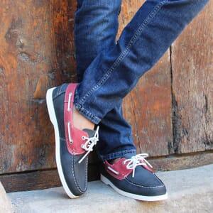 vue portee chaussure bateau cuir bleu et rouge jules & jenn