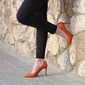 vue portee exterieure escarpins classiques cuir brique