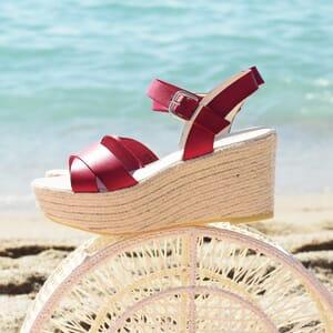 vue portee sandales compensees cuir rouge jules & jenn