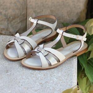 vue posée sandales plates croisees cuir daim beige jules & jenn
