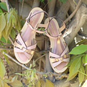 vue posee sandales plates croisees cuir daim rose jules & jenn