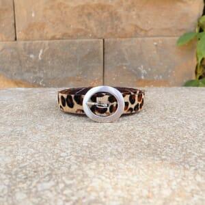 vue posee exterieure ceinture fine cuir leopard