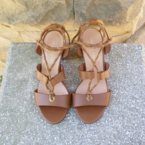 vue extérieur posée sandales hautes lacees cuir camel jules & jenn