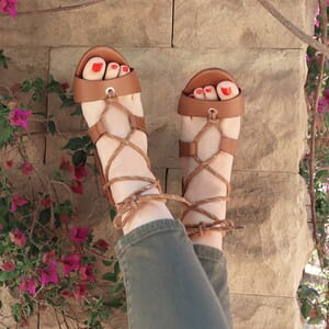 vue extérieur portée sandales hautes lacees cuir camel jules & jenn