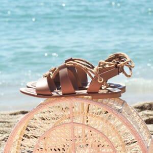 vue posee sandales plates croisees cuir camel jules & jenn