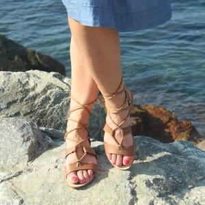 vue portee sandales plates croisees cuir camel jules & jenn