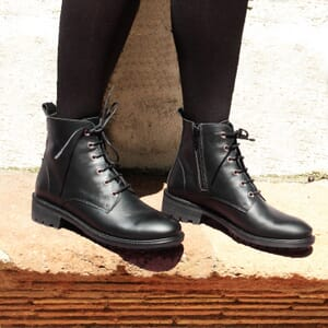 vue portee bottines plates a lacet cuir noir jules & jenn