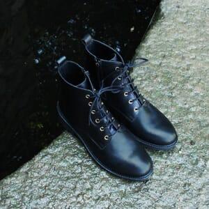 vue posee bottines plates a lacets cuir noir jules & jenn