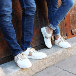 vue portee baskets a lacet cuir blanc & beige jules & jenn