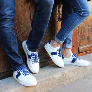 vue portee baskets a lacet cuir blanc & bleu jules & jenn