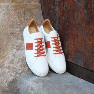 vue posee baskets a lacet cuir blanc & orange jules & jenn
