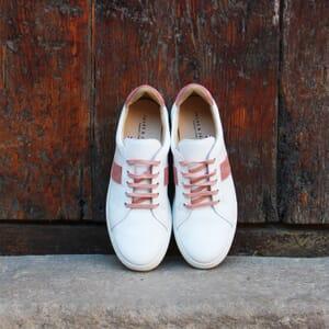vue posee baskets a lacet cuir blanc & rose jules & jenn