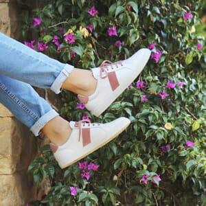 vue portee baskets a lacet cuir blanc & rose jules & jenn