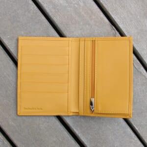 vue posee ouvert portefeuille classique cuir jaune jules & jenn