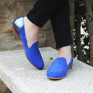 vue portee slippers classiques cuir daim bleu royal et bleu metallise jules & jenn